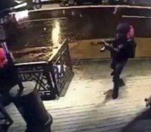 L'atacant d'Istanbul, que continua fugit, va descarregar 180 bales