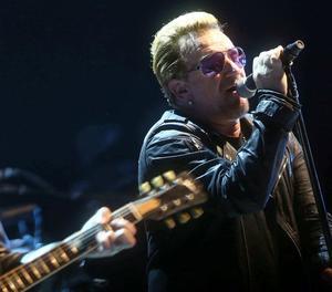 Bono, líder d'U2, en l'anterior concert de la banda al Palau Sant Jordi de Barcelona el 2015.