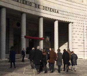 Cospedal diu a les víctimes que Defensa complirà el dictamen del Consell d'Estat