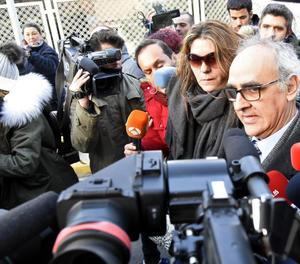 La mare de Nadia, Margarita Garau , acompanyada del seu advocat, a la seua arribada aquest divendres al jutjat de La Seu d'Urgell.