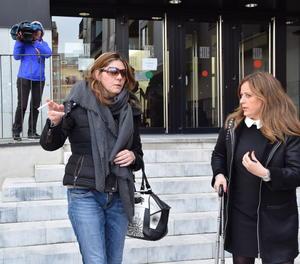 La mare de Nadia, amb ulleres de sol, aquest divendres a la sortida del jutjat de la Seu d'Urgell