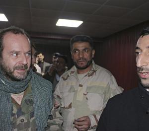 El cooperant espanyol, a l'esquerra, després de l'alliberament.