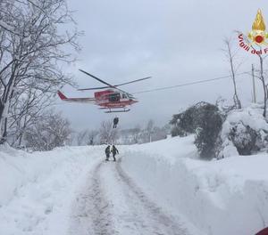 El convoy de emergencias dirigiéndose al hotel Rigopiano.