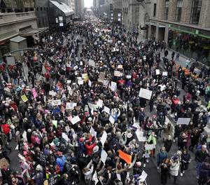 Vista de la multitudinària protesta contra Trump dissabte al carrer 42 de Manhattan, a Nova York.