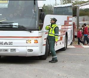 Un control de la Guàrdia Civil en vehicles de transport escolar.