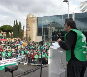 Joan Caball es dirigeix als participants a la protesta de Barcelona