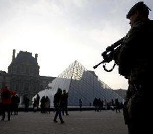 Un soldat dispara contra un home armat amb un ganivet a prop del museu del Louvre