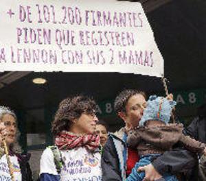 Presenten més de 100.000 firmes perquè un nen pugui tenir dos mares