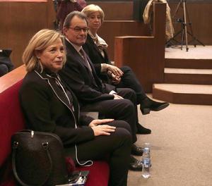 L'expresident Artur Mas al costat de les exconselleres Joana Ortega i Irene Rigau a la sala del Tribunal Superior de Justícia de Catalunya.