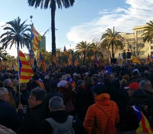 Una vista de la concentració en suport a Mar, Ortega i Rigau.