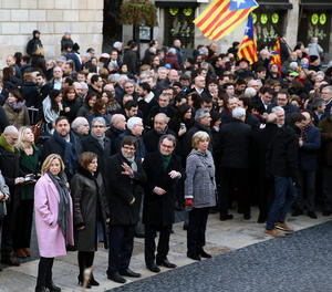El president de la Generalitat, Carles Puigdemont (c), i la presidenta del Parlament, Carme Forcadell (2e), posen al costat de l'expresident Artur Mas (2dreta); l'exvicepresidenta Joana Ortega (e) i l'exconsellera Irene Rigau (d), a les portes del Palau de la Generalitat, als qui han acompanyat al seu recorregut a peu fins i tot el Tribunal de Justícia de Catalunya (TSJC).