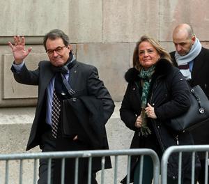 L'expresident de la Generalitat Artur Mas, acompanyat de la seua dona, arriba a la seu del Tribunal Superior de Justícia de Catalunya.