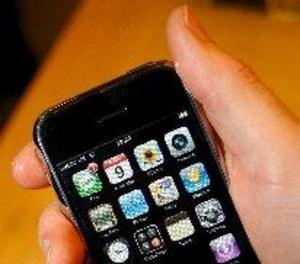 Els pediatres detecten més ús de mòbil en els infants i alerten del risc d'addicció