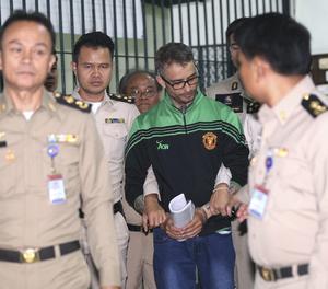 La policía escolta Artur Segarra a su llegada a los juzgados de Bangkok.