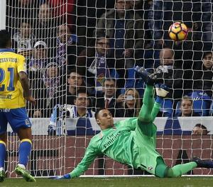 Jonathan Viera supera de penal Keylor Navas en el que era l'1-2 per a l'equip canari.