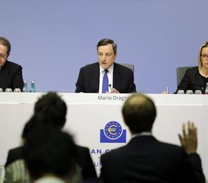 El presidente del Banco Central Europeo (BCE), Mario Draghi (c), y el vicepresidente de BCE, Vitor Constancio (i), ofrecen una rueda de prensa tras anunciar el mantenimiento de la tasa de interés, en Fráncfort, Alemania.