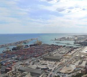 Xoc entre un pesquer i un mercant rus al port de Barcelona