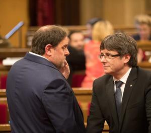 Puigdemont i Junqueras al saló de sessions abans d'iniciar el ple.