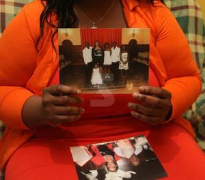 La dona de Maurice Yaya Kobina mostra una foto de la seua boda a Lleida.