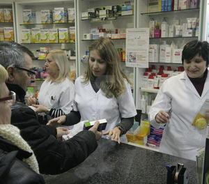 Venda de medicaments en una farmàcia.