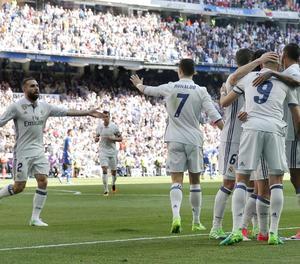 Jugadors del Madrid celebren un dels gols que van anotar ahir contra l'Alabès.