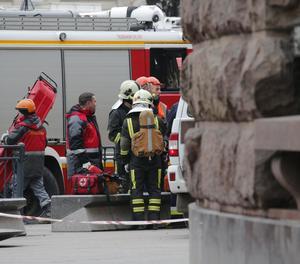 Els serveis d'emergències es preparen per entrar al metro després de l'atemptat terrorista ocorregut al suburbà de Sant Petersburg