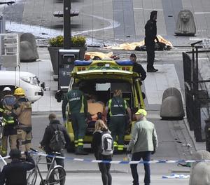 Membres dels serveis d'emergència al lloc on es va produir l'atemptat a Estocolm
