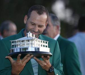 Sergio García, enfundat amb la jaqueta verda, somriu davant del trofeu com a campió a Ausgusta.