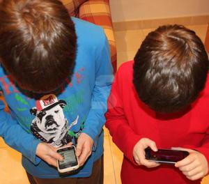 Infants amb telèfons intel·ligents.