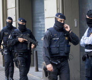 Agents dels Mossos d'Esquadra participen en l'operació antiterrorista aquest dimarts a Barcelona.