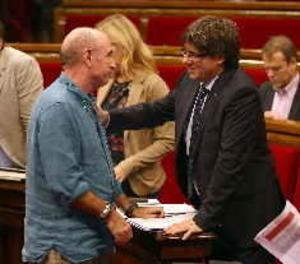 Puigdemont, Junqueras i Forcadell complimenten Llach abans de l'inici del ple