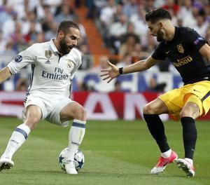 Carvajal i Carrasco disputen una pilota en una acció del partit d'ahir.