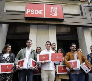 L'equip de Susana Díaz, amb els avals, aquest dijous davant de la seu del partit a Ferraz.