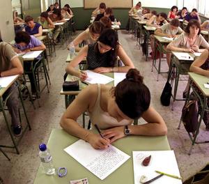 Aspirantes participan en los exámenes para acceder a alguna de las plazas de empleo público.