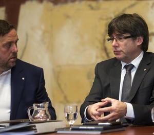 El president de la Generalitat, Carles Puigdemont, parla amb el vicepresident Oriol Junqueras.