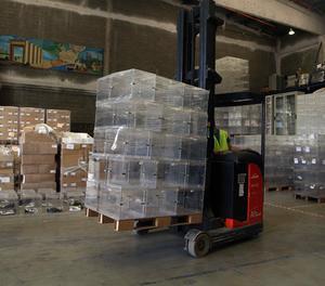 Treballadors transporten urnes per a unes eleccions catalanes.