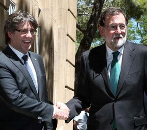 El president de la Generalitat, Carles Puigdemont , i el Govern de l'Estat, Mariano Rajoy se saluden aquest divendres a la seua arribada al Museo Nacional de Arte de Catalunya (MNAC).