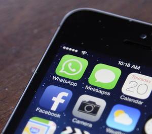 Les icones de Facebook i Whatsapp en un telèfon mòbil.