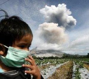El volcà Sinabung expulsa una columna de cendra de 4 quilòmetres