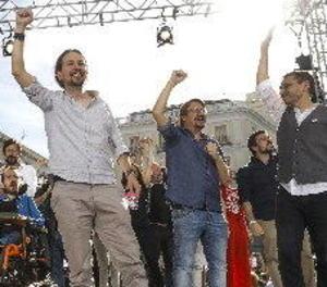 Diversos milers de persones secunden en Sol la moció de censura de Podemos