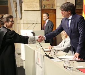 La professora de la Universitat de Girona Maria Mercè Darnaculleta pren possessió del càrrec davant del president de la Generalitat, Carles Puigdemont.