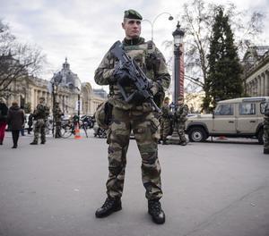 Soldats a l'avinguda dels Camps Elisis de París.
