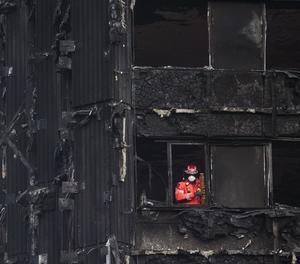 Un bomber inspecciona les restes de la torre residencial de Londres.