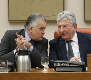 L'extresorer del PP Luis Bárcenas  al Congrés durant la seva compareixença en la comissió d'investigació del suposat finançament il·legal del PP. Al seu costat, el president de la comissió, Pedro Quevedo