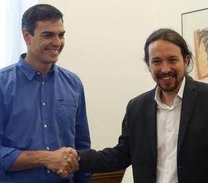 Sánchez i Iglesias se saluden abans de la reunió al Congrés.