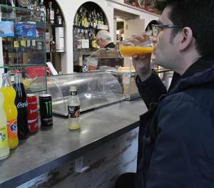 Un client beu una beguda ensucrada en un bar de Lleida.