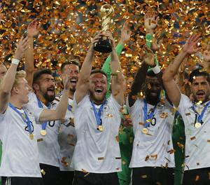 Jugadors de la selecció d'Alemanya celebren el títol de la Copa Confederacions que van guanyar ahir.