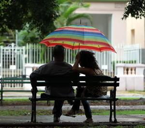 Una parella conversa en un banc-