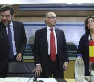 El ministre d'Hisenda, Cristóbal Montoro, la vicepresidenta del Govern, Soraya Sáenz de Santamaría, i el secretari d'Estat de Pressupostos, Alberto Nadal, a l'inici de la reunió del Consell de Política Fiscal i Financera.