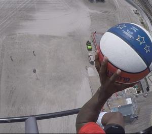 Els Globetrotters anoten una cistella des d'un helicòpter a 64 metres d'altura